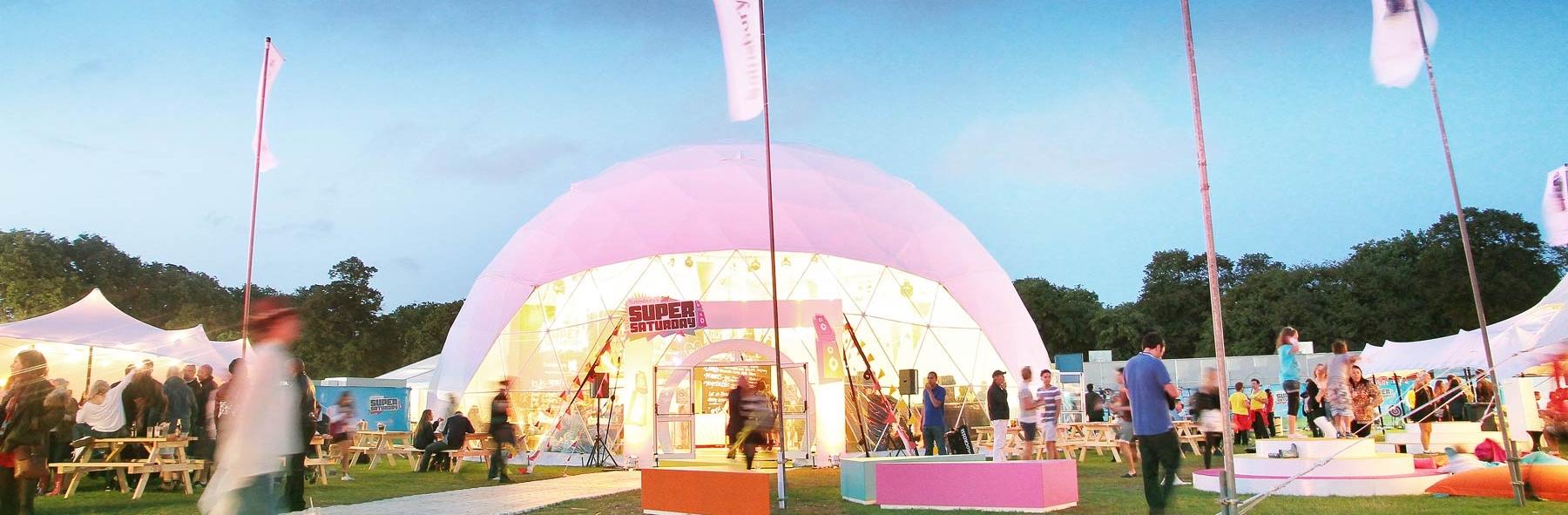 Imponuj?ce o?wietlenie wn?trza struktury kulistej & Freedomes dome tents - Sainsburyu0027s Super Saturday event